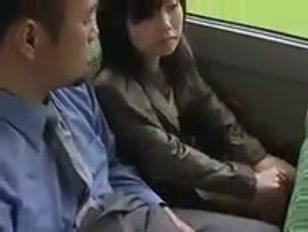 Mec vicieux caresse la chatte d´une jeune japonaise dans le bus