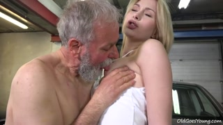 Vieux pervers très chaude bouffer les seins et pète la chatte d´une jeune blondinette