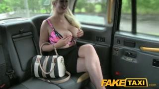Blonde salope en mini jupe, baisée à bord d´un faketaxi com