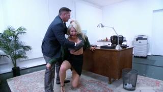 Une blondasse sexy qui se masturbe dans sa cuisine