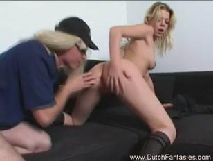 Blonde chaude niquée sur le divan par son lascar de mec