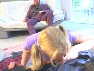 Une jeune fille blonde se fait partouzer par deux hommes.