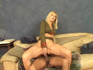 Une blonde sexy qui se fait défoncer le cul amèrement